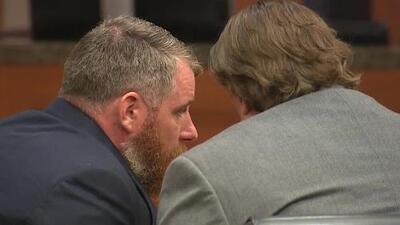Habrá un nuevo juicio contra Terry Thompson, esposo de una oficial texana acusado de matar al hispano John Hernández