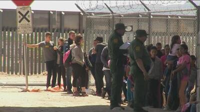 Senadora demócrata propone un plan de deportación instantánea y enciende la polémica
