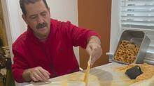 Preparando tamales, el congresista Jesús 'Chuy' García mantiene una tradición y se prepara para despedir el 2020