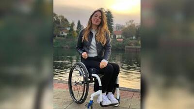 Extenista en silla de ruedas modela lencería por la inclusión