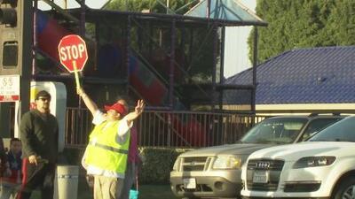 """""""No voy a dejar que nada pase"""": el compromiso de una hispana, guardian de cruce peatonal en California"""