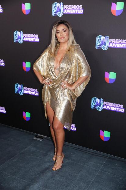Fiel a su estilo,  <b>Karol G</b> repitió el dorado para su llegada a Premios Juventud.
