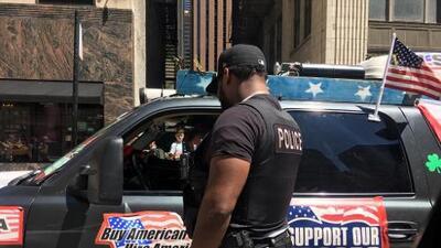 Un hombre de Michigan trae su carroza de desfile proTrump al centro de Chicago