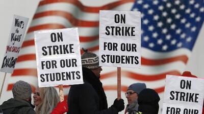 Maestros en Denver comienzan huelga por primera vez en 25 años