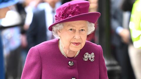 Viral: la simpática reacción de un niño (que huye gateando) al conocer a la reina Isabel