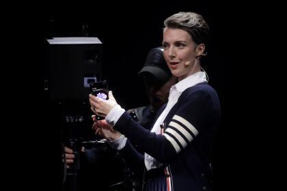 Rebecca Hirst, directora de mercadeo de Samsung, fue una de las encargadas de presentar el nuevo producto en la feria Unpacked 2020, en San Francisco.