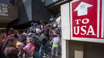 Por segundo día consecutivo, autoridades niegan peticiones de asilo a los migrantes de la caravana por falta de capacidad