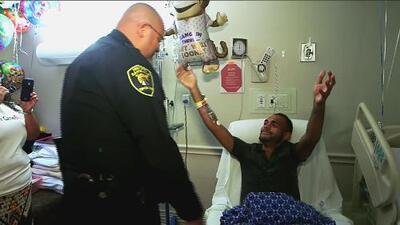 Víctima de la masacre en Orlando se encuentra con el agente que lo salvó