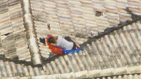 En imágenes: Encuentran a un niño que estaba perdido en el techo de una casa en Miami