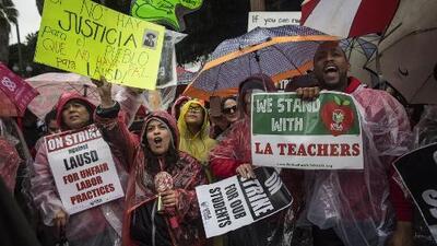 Escuelas chárter se declaran por primera vez en huelga, uniéndose a los maestros de LAUSD