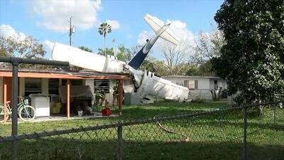 Rescatan a una joven que quedó atrapada en la pared cuando una avioneta se estrelló en su casa