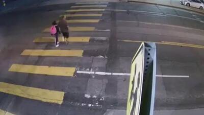 Buscan a la conductora que arrolló a un hombre que cruzaba la calle con su hija y se dio a la fuga
