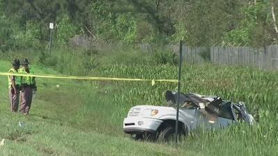 Conductor pierde el control de su vehículo y choca contra un poste: Hay un muerto y cuatro heridos
