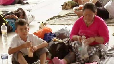 Ropa y comida para los migrantes: Maity Interiano encontró este noble gesto de amor en plena carretera