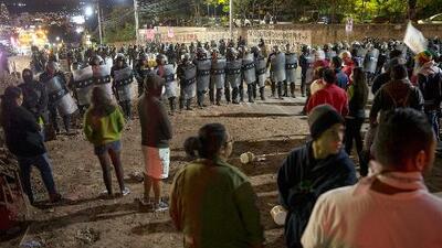 Arrecian las protestas en Honduras y se posterga hasta este sábado el anuncio del ganador de las presidenciales