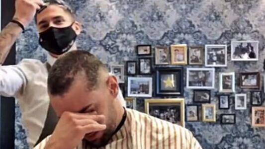 Su barbero se afeitó la cabeza en solidaridad con su lucha contra el cáncer y él terminó llorando de emoción
