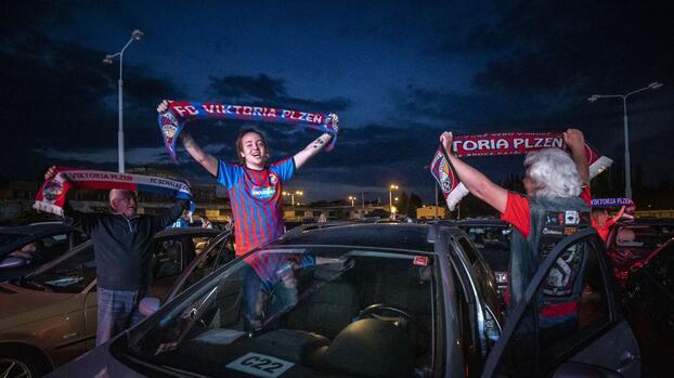 Fanáticos de Viktoria Plzen disfrutan triunfo en auto cinema