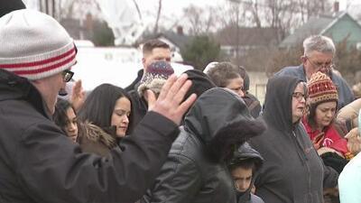 Con emotivas vigilias recuerdan a las víctimas del tiroteo en una fábrica de Aurora, en Illinois