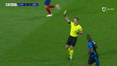 Tarjeta amarilla. El árbitro amonesta a Lucas Hernández de Atlético de Madrid