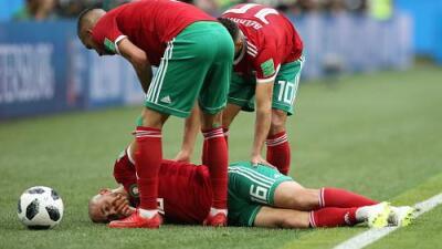 ¡Susto! Amrabat salió por un fuerte golpe en el Marruecos vs Irán
