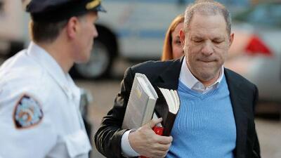 ¿Qué tipo de libros llevaba Harvey Weinstein en las manos cuando se entregó en Nueva York?