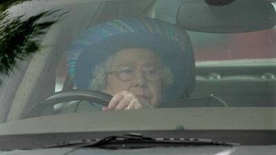 A los 91 años la reina Isabel II conduce 60 millas para ir a misa