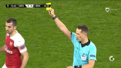 Tarjeta amarilla. El árbitro amonesta a Henrikh Mkhitaryan de Arsenal