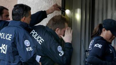 El gobierno posterga una regla con la que pretende abrir procesos de deportación a quien le nieguen un caso migratorio