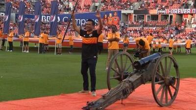 Raúl Brindis se puso la camiseta del Houston Dynamo para disparar 'El Capitán'