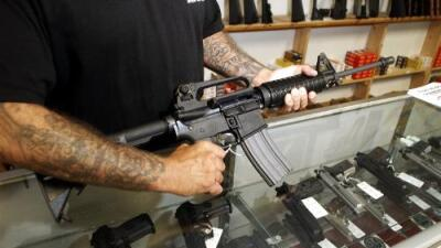 De policía a criminal: un agente vende más de 100 armas de fuego y ahora enfrenta años en prisión