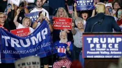 Trump dice que las elecciones están manipuladas y en Arizona algunos le creen