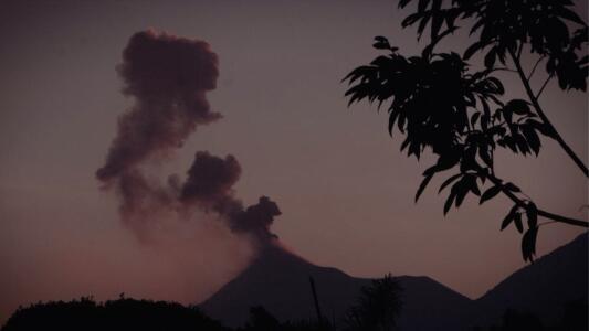 Miedo e incertidumbre: la erupción de un volcán amenaza la vida de 36,000 familias