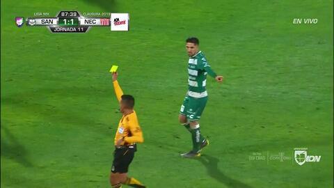 Tarjeta amarilla. El árbitro amonesta a Diego Valdés de Santos Laguna
