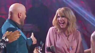 John Travolta confunde a Taylor Swift con una 'drag queen' y suma una nueva equivocación en las entregas de premios