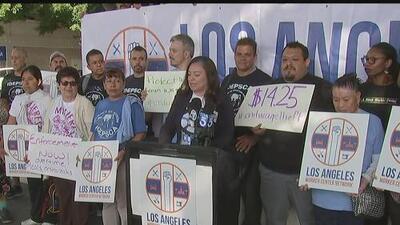 Autoridades y activistas recuerdan el aumento del salario mínimo en Los Ángeles y la importancia de que se cumpla