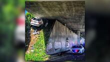 """""""Tiene suerte de estar vivo"""": conductor queda incrustado bajo un puente durante una persecución"""
