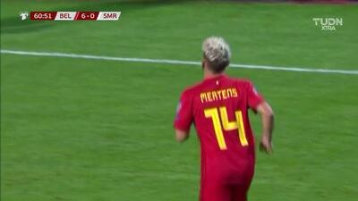 ¡CERCA!. Dries Mertens disparó que se estrella en el poste.
