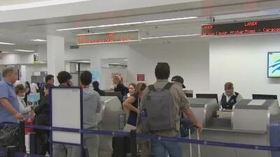 Decenas de venezolanos aguardan en el Aeropuerto Internacional de Miami con la esperanza de regresar a su país