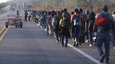 Cientos de migrantes centroamericanos ingresan a la fuerza a México alegando estar desesperados