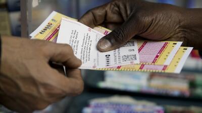 Regresa la fiebre de la lotería: hay $553 millones en juego entre Powerball y Mega Millions