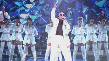 Pitbull y una banda musical de personal de emergencias protagonizan un momento estelar en los Latin GRAMMY