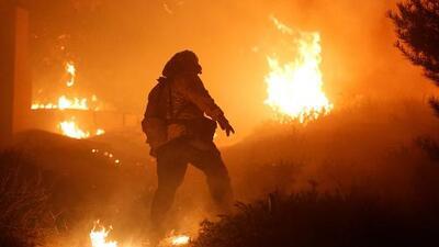 Fuertes vientos en Santa Ana complican el incendio Thomas