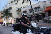 Hombre detiene el tráfico al escalar el poste de un semáforo en Miami Beach