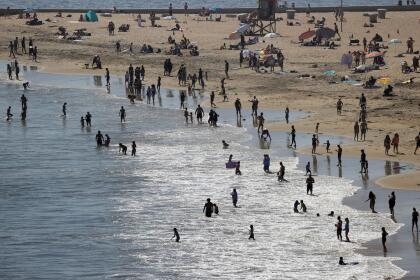 Hasta el momento el condado de Orange no ha informado el número de personas que visitaron sus playas el sábado 25 de abril, pero se estima que fueron miles las personas que escaparon de la ola de calor que azota al sur de California.
