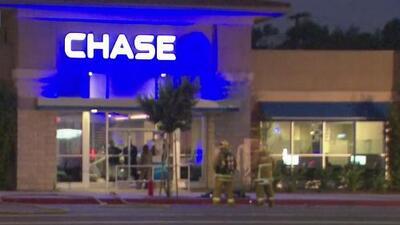 Sospechoso armado se atrinchera en un banco tras una persecución policial en el área de Woodland Hills