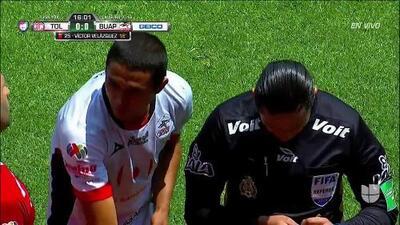 ¡Expulsión! El árbitro saca la roja directa a Gustavo Velázquez