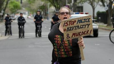 Asamblea de California aprueba una histórica reforma que limita a policías en el uso de armas de fuego