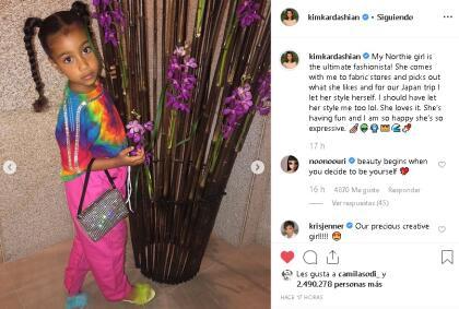 """En julio de 2018, cuando tenía 5 años, North West  <b><a href=""""https://www.univision.com/entretenimiento/al-estilo-kardashian-la-hija-mayor-de-kim-y-kanye-debuta-como-modelo-fotos"""" target=""""_blank"""">se convirtió en la imagen</a></b> de una conocida marca de ropa y accesorios, junto a su mamá y su abuela."""