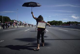 """""""Tienes que pagar por tu traición"""": los carteles de la masiva protesta que pide la renuncia del gobernador de Puerto Rico (fotos)"""
