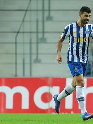 El Porto golea al Portimonense por 3 goles a uno. Beto Betuncal abrió el marcador a favor de los de Portimão, pero Mbemba se encargó de igualarlo casi al finalizar la primera mitad, Fueron los goles de Taremi y Oliveira que le dieron la victoria al equipo del 'Tecatito' Corona en la Primeira Liga de Portugal.